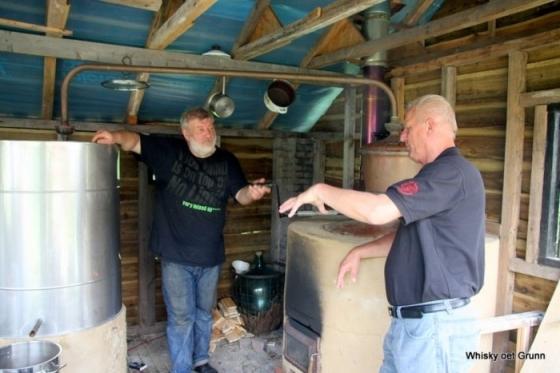 Distilleerderij alambik met links eigenaar en distiller Zarko
